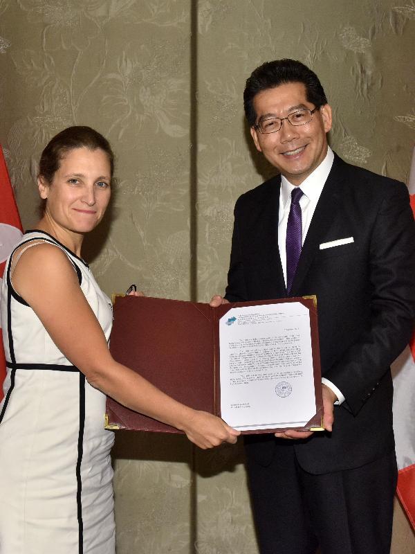 商務及經濟發展局局長蘇錦樑(右)今日(九月六日)將通報文件交予加拿大國際貿易部部長Chrystia Freeland,標誌香港與加拿大的促進和保護投資協定正式生效。