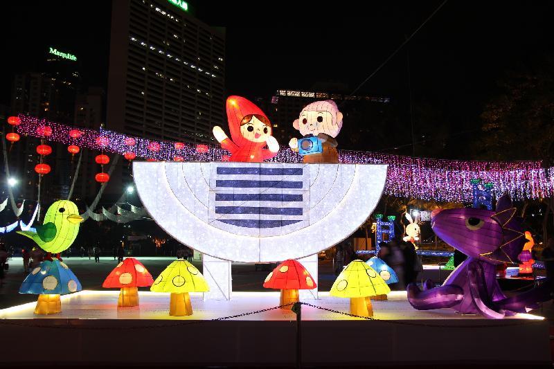 市區中秋綵燈會今日(九月十五日)晚上在維多利亞公園舉行,多組耀目的大型綵燈為會場增添節慶色彩,當中的「童話人物遊香江」綵燈組以童話故事角色穿梭於香港的獨特地標為主題。