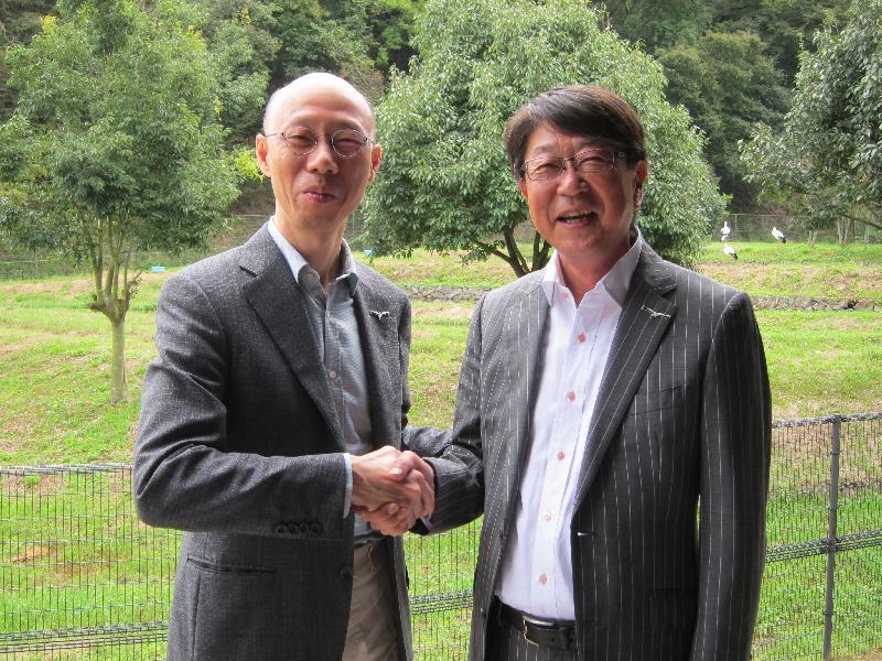 環境局局長黃錦星(左)今日(九月十六日)到訪日本豐岡市東方白鸛文化館,聽取豐岡市市長中貝宗治(右)介紹保育東方白鸛和其他自然生態的可持續發展措施。