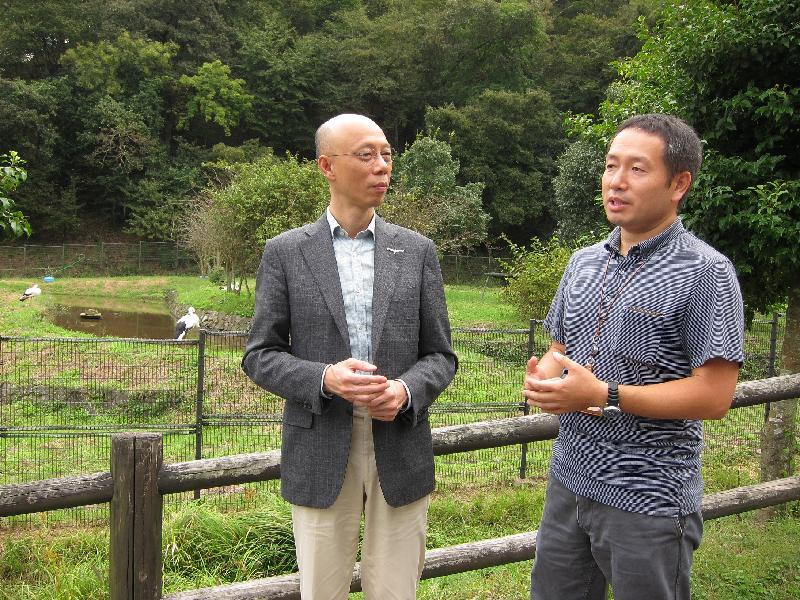環境局局長黃錦星(左)今日(九月十六日)聽取東方白鸛文化館工作人員介紹該市保育東方白鸛和其他自然生態的可持續發展措施。