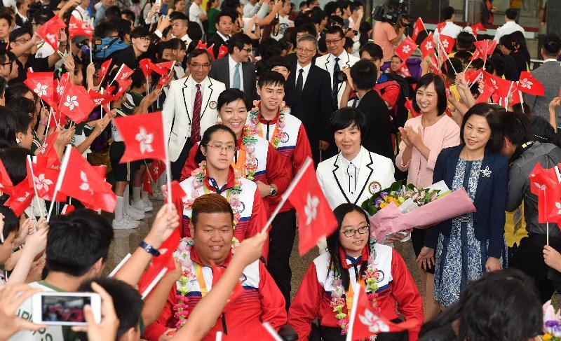香港運動員今日(九月二十一日)抵達香港國際機場接機大堂時,受到學生熱烈歡迎。