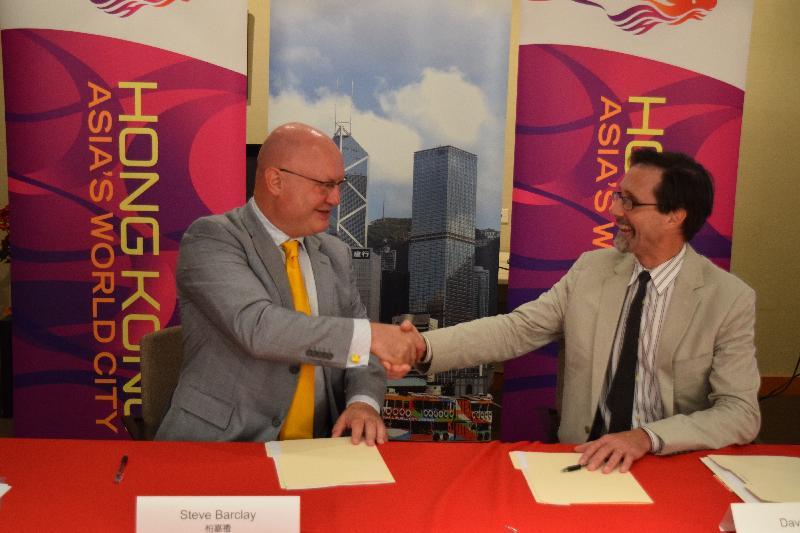 香港駐紐約經濟貿易辦事處(經貿處)處長柏嘉禮(左)和雅禮協會會長游子達(右)今日(紐約時間九月二十一日)在經貿處-雅禮協會藝術研究員計劃合作備忘錄簽署儀式上合照。