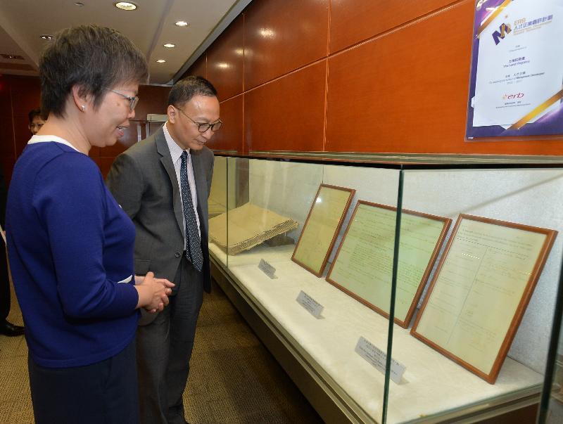 公務員事務局局長張雲正(右)今日(九月二十二日)到訪土地註冊處時,聽取有關新界土地登記冊(第一代)的介紹。