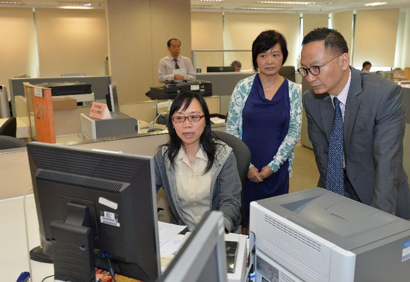 公務員事務局局長張雲正(右)今日(九月二十二日)到訪土地註冊處,加深了解該處提供的收契服務。