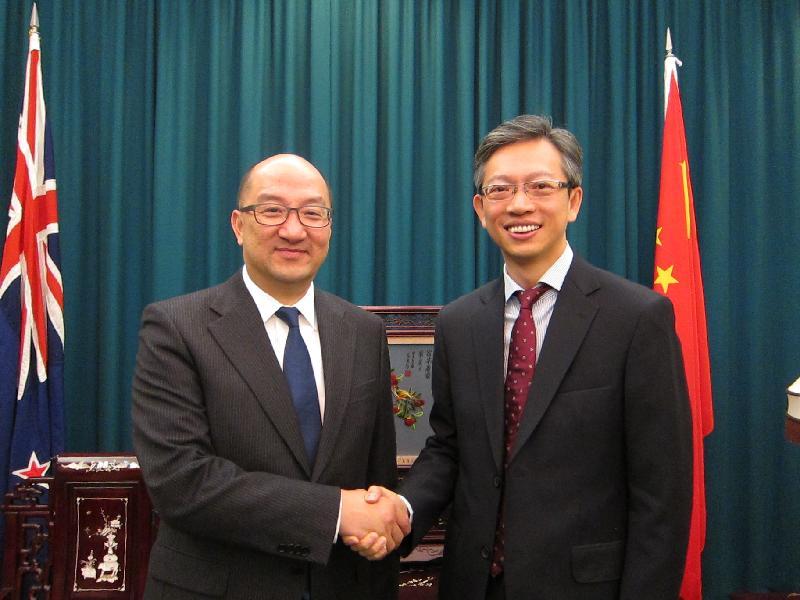 政制及內地事務局局長譚志源(左)今日(九月二十二日)早上在新西蘭威靈頓禮節拜會中華人民共和國駐新西蘭大使王魯彤(右)。