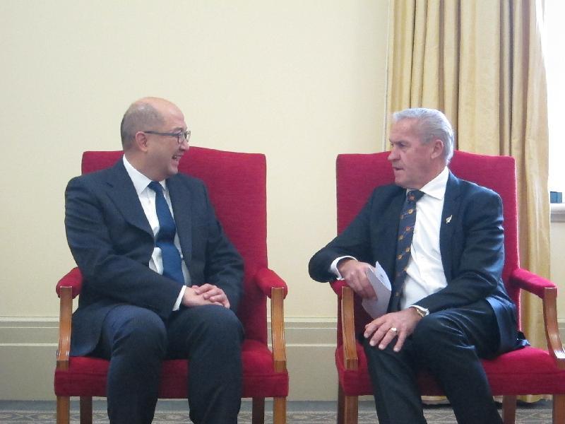 政制及內地事務局局長譚志源(左)今日(九月二十二日)上午在新西蘭威靈頓與新西蘭國會議長David Carter(右)會面。
