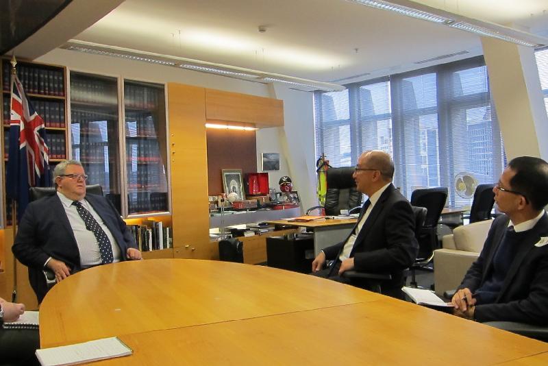 政制及內地事務局局長譚志源(右二)今日(九月二十二日)上午在新西蘭威靈頓與新西蘭議會領袖Gerry Brownlee(左一)會面。