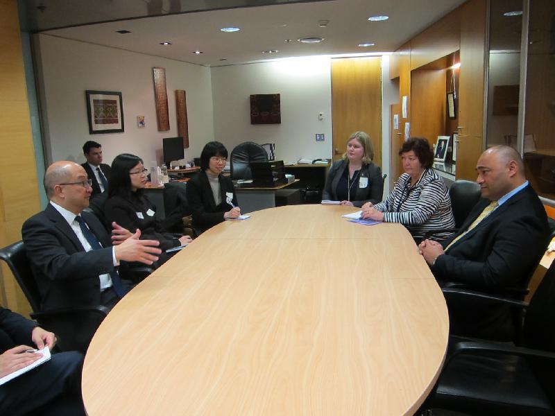 政制及內地事務局局長譚志源(左一)今日(九月二十二日)上午在新西蘭威靈頓與新西蘭地方政府部長Peseta Sam Lotu-Iiga(右一)會面。
