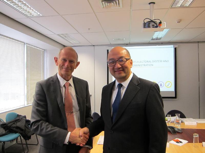 政制及內地事務局局長譚志源(右)今日(九月二十二日)下午在新西蘭威靈與新西蘭選舉委員會首席選舉主任Robert Peden(左)會面。