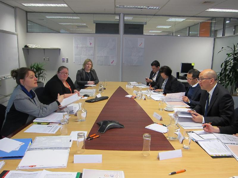 政制及內地事務局局長譚志源(右一)今日(九月二十二日)下午在新西蘭威靈頓聽取新西蘭選舉委員會經理Kristina Temel(左一)介紹新西蘭的選舉制度和安排。