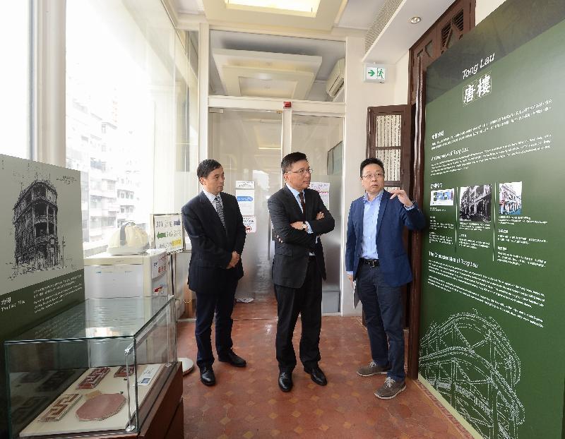 財經事務及庫務局局長陳家強(中)今日(九月二十二日)參觀被評定為一級歷史建築的「雷生春」的各項中醫服務設施。