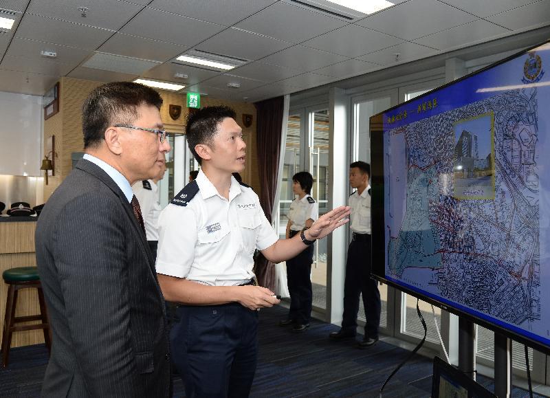 財經事務及庫務局局長陳家強(左)今日(九月二十二日)到訪新油麻地警署,聽取有關警署大樓各項新設施的簡介。