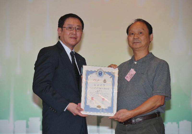 香港總商會理事會零售及旅遊委員會主席李敬天(左)頒發好市民獎予本期最年長的得獎者鄭振春。
