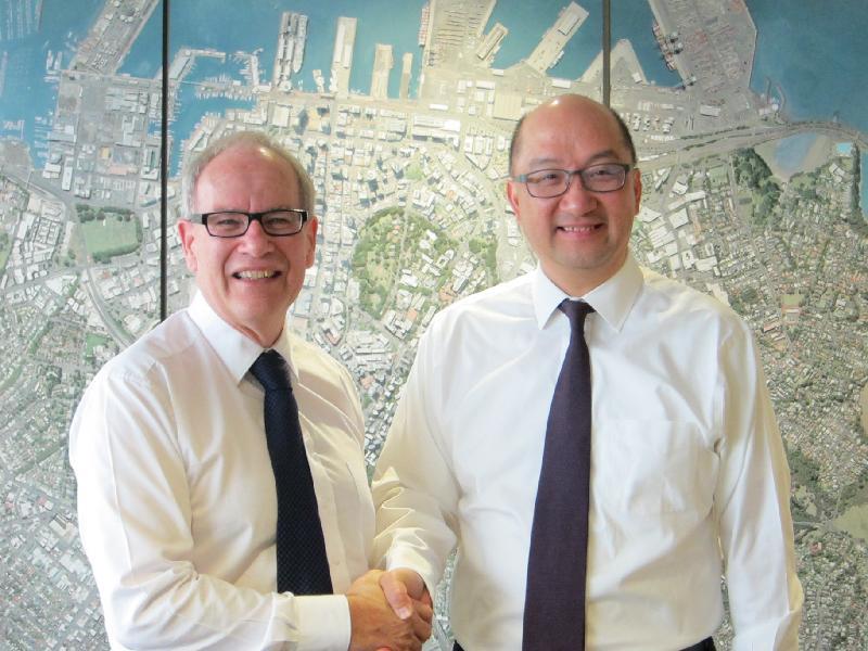政制及內地事務局局長譚志源(右)今日(九月二十三日)早上在新西蘭奧克蘭與奧克蘭市長Len Brown(左)會面。