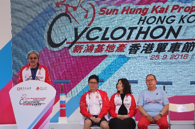 財政司司長曾俊華今日(九月二十五日)出席「香港單車節」總裁慈善及名人單車遊起步禮,以及上午賽事頒獎儀式。圖為曾俊華(左一)在頒獎儀式上致辭。