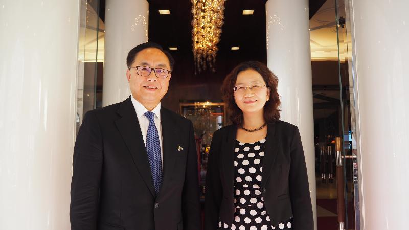 創新及科技局局長楊偉雄(左)今日(慕尼黑時間九月二十九日)在德國慕尼黑拜會中華人民共和國駐慕尼黑總領事毛靜秋。