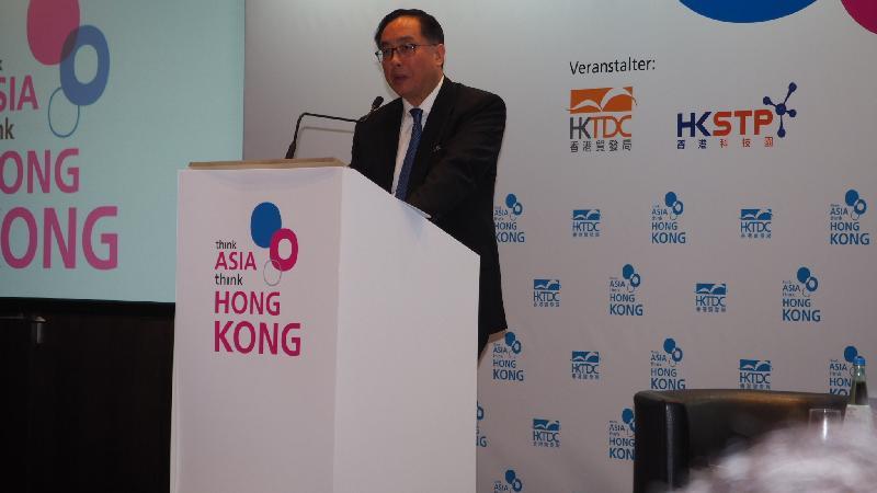 創新及科技局局長楊偉雄今日(慕尼黑時間九月二十九日)在德國慕尼黑舉行的「邁向亞洲 首選香港」科技研討會上致開幕辭。研討會由香港貿易發展局及香港科技園公司合辦。