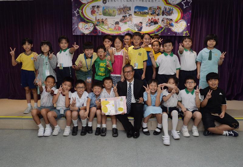 發展局局長陳茂波(前排右五)今日(九月二十九日)到訪香港聖公會九龍城青少年綜合服務中心-賽馬會青年幹線。圖示參加中心活動的小朋友向陳茂波致送他們親自繪製的心意卡。