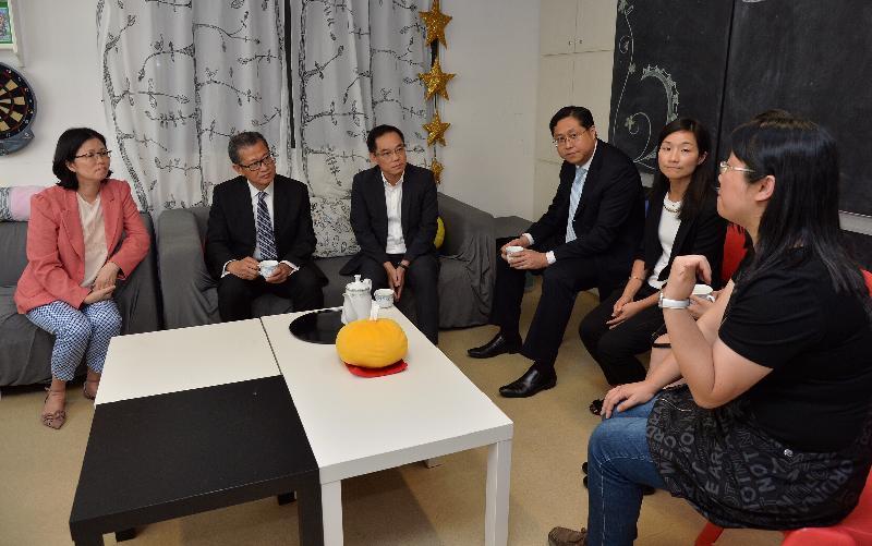 發展局局長陳茂波(左二)今日(九月二十九日)在九龍城民政事務專員郭偉勳(右三)的陪同下,到訪香港聖公會九龍城青少年綜合服務中心-賽馬會青年幹線,並與中心職員茶敍,聽取他們介紹中心支援青少年的多元化活動和服務。
