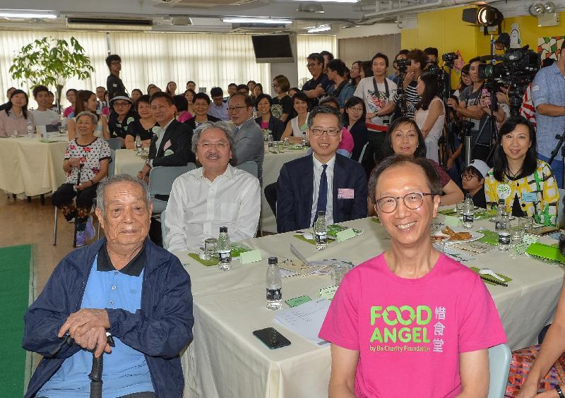 財政司司長曾俊華(第二排左一)今日(十月三日)與惜食堂主席梁錦松(前排右一)和其他嘉賓在「惜食飯餐感謝宴」上合照。