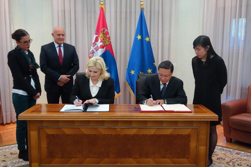 運輸及房屋局局長張炳良教授(右二)於十月四日(貝爾格萊德時間)在塞爾維亞貝爾格萊德與塞爾維亞副總理兼建設、交通和基礎設施部長Zorana Mihajlović教授(左三)簽署民用航空運輸協定。這份民用航空運輸協定為香港與塞爾維亞之間的航空運輸聯繫提供法律基礎,有助推動兩地的經濟及文化交流。