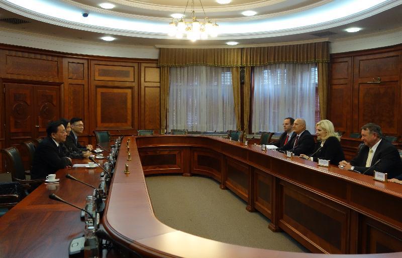 運輸及房屋局局長張炳良教授(左一)於十月四日(貝爾格萊德時間)在塞爾維亞貝爾格萊德與塞爾維亞副總理兼建設、交通和基礎設施部長Zorana Mihajlović教授(右二)會面,就雙方關注的議題交換意見。
