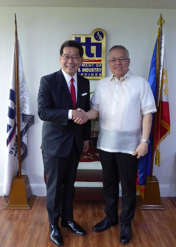 商務及經濟發展局局長蘇錦樑(左)今日(十月五日)在菲律賓馬尼拉會晤菲律賓貿易和工業部部長Ramon Lopez,就中國香港—東盟自由貿易協定談判的進展交流意見。