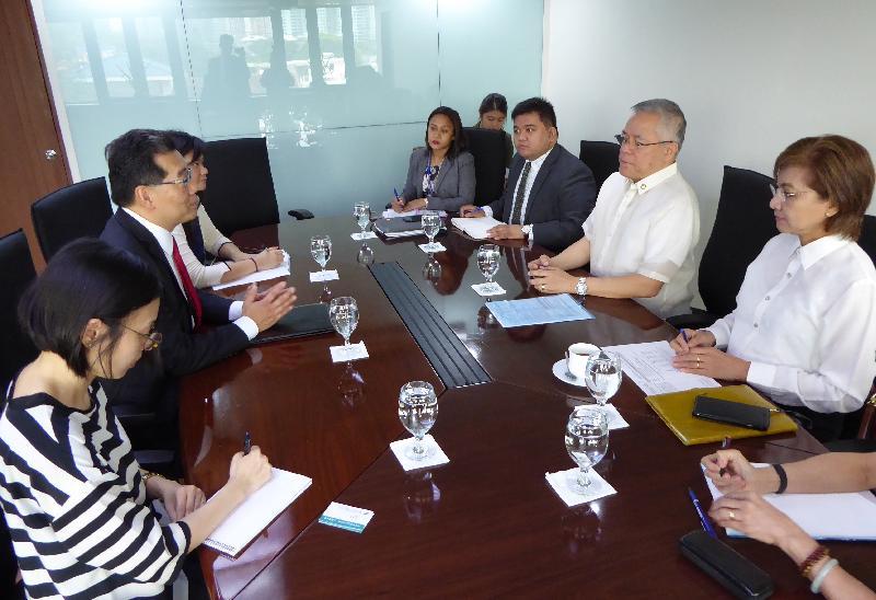 商務及經濟發展局局長蘇錦樑(左二)今日(十月五日)在菲律賓馬尼拉與菲律賓貿易和工業部部長Ramon Lopez(右二)舉行會議,就中國香港—東盟自由貿易協定談判的進展交流意見。