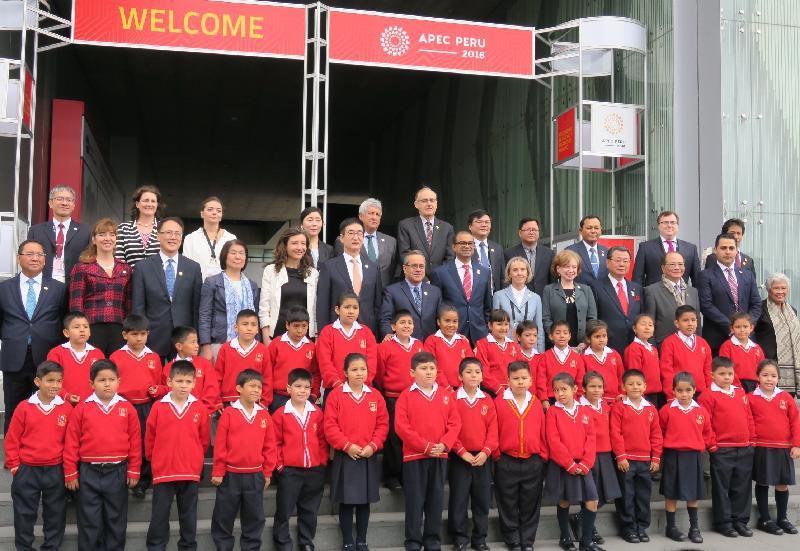 教育局局長吳克儉(第三排右三)十月五日(利馬時間)與在秘魯利馬出席第六次亞太區經濟合作組織教育部長會議的各代表團團長及當地學生合照。
