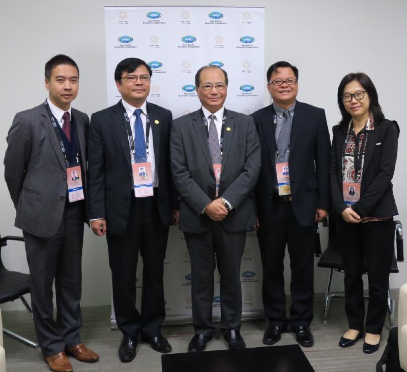 教育局局長吳克儉(中)十月五日(利馬時間)在秘魯利馬與出席第六次亞太區經濟合作組織教育部長會議的越南代表團團長Tran Anh Tuan博士(左二)舉行雙邊會議後合照。