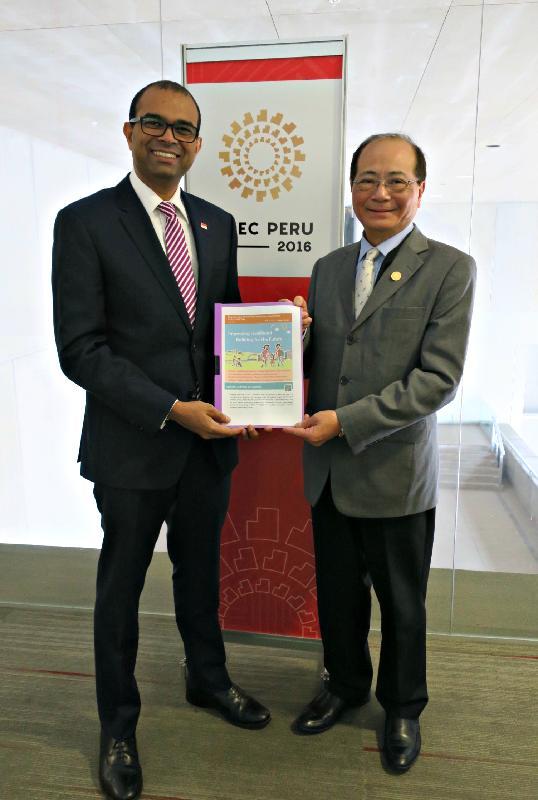 教育局局長吳克儉(右)十月四日(利馬時間)在秘魯利馬與新加坡通訊及新聞部兼教育部政務部長普杰立醫生(左)舉行雙邊會議,就彼此關心的教育議題交換意見。
