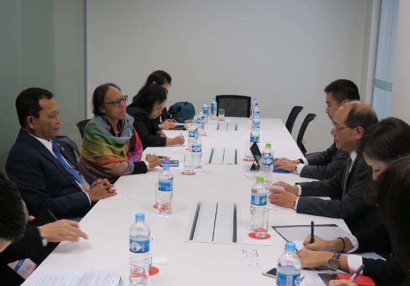 教育局局長吳克儉(右二)十月六日(利馬時間)與同於秘魯利馬出席第六次亞太區經濟合作組織教育部長會議的泰國教育部長Dapong Ratanasuwan將軍(左一)舉行雙邊會議。
