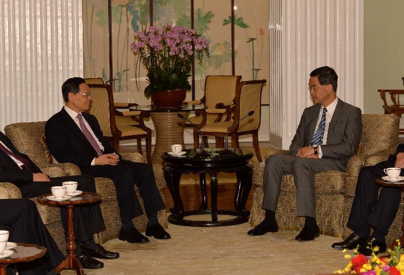 行政長官梁振英(右)今日(十月十二日)在禮賓府與廣西壯族自治區主席陳武會面,就雙方關注的議題交換意見。