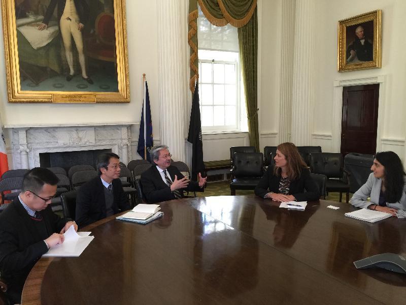 財政司司長曾俊華(左三)昨日(紐約時間十月十一日)在紐約與紐約市主管房屋及經濟發展的副市長格蘭(右二)會晤。