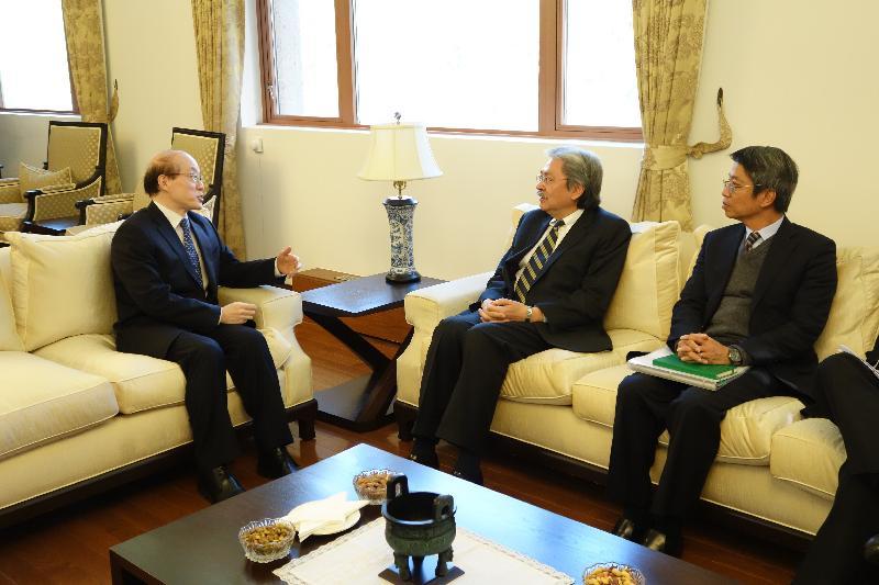 財政司司長曾俊華(中)昨日(紐約時間十月十一日)在紐約拜會中國常駐聯合國代表劉結一(左)。旁為香港駐美國總經濟貿易專員梁卓文(右)。