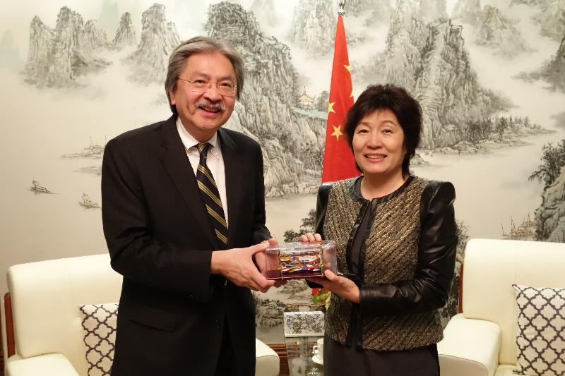 財政司司長曾俊華昨日(紐約時間十月十一日)在紐約拜會中國駐紐約總領事章啟月。圖示曾俊華(左)向章啟月(右)致送紀念品。