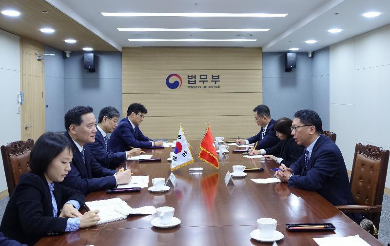 律政司司長袁國強資深大律師(右一)今日(十月十二日)在韓國首爾與韓國法務部部長金賢雄(左二)會面。