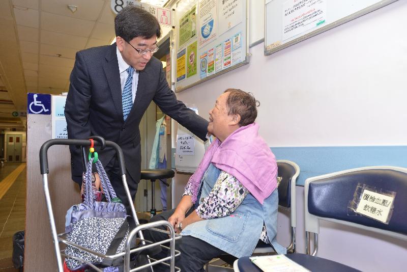 食物及衞生局局長高永文(左)今日(十月十二日)下午參觀西貢方逸華普通科門診診所,並與病人交談。