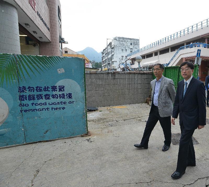 食物及衞生局局長高永文(右)今日(十月十二日)下午巡視西貢宜春街垃圾收集站,了解區內衞生情況。