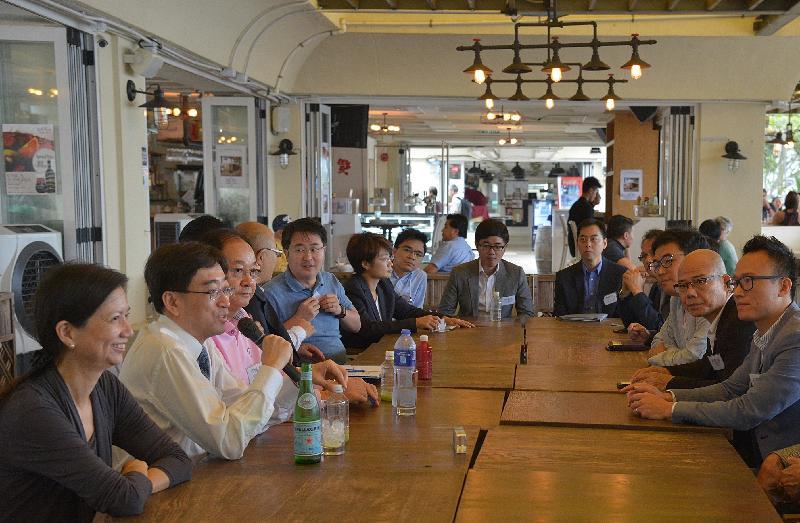 食物及衞生局局長高永文(左二)今日(十月十二日)下午在西貢區議會主席吳仕福(左三)和西貢民政事務專員蕭慕蓮(左一)陪同下,與西貢區區議員會面,聽取他們對區內食物及衞生事宜的意見。