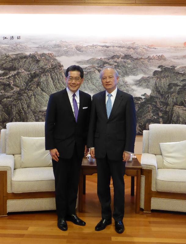 商務及經濟發展局局長蘇錦樑(左)十月十二日(華盛頓時間)在美國華盛頓禮節性拜會中國駐美國大使崔天凱。