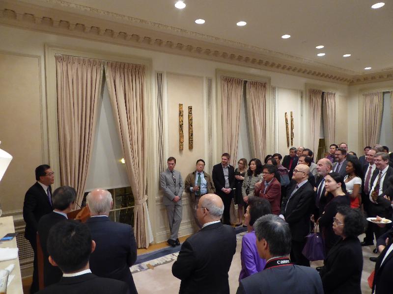 商務及經濟發展局局長蘇錦樑(左一)十月十二日(華盛頓時間)出席由香港駐華盛頓經濟貿易辦事處舉辦的酒會,並在會上致辭。