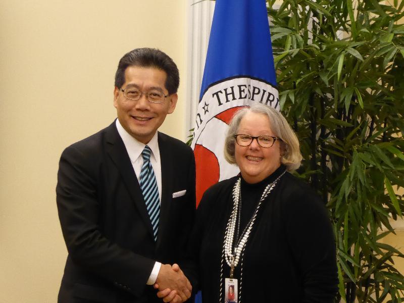 商務及經濟發展局局長蘇錦樑(左)十月十三日(華盛頓時間)在華盛頓與負責亞洲區的美國商會高級副主席Tami Overby會面。