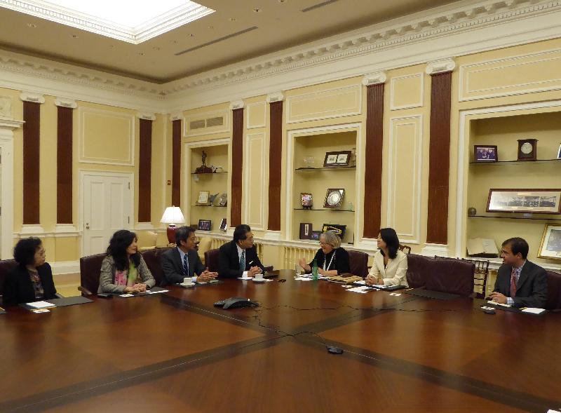 商務及經濟發展局局長蘇錦樑(中)十月十三日(華盛頓時間)在華盛頓與負責亞洲區的美國商會高級副主席Tami Overby(右三)會面,就港美的經貿關係交流意見。