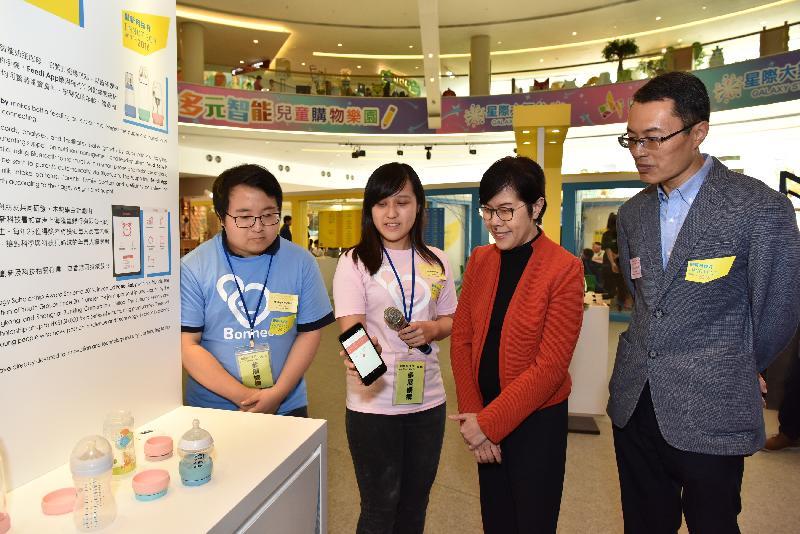 創新科技署署長蔡淑嫻(右二)今日(十月十四日)和香港青年協會理事會委員陳重義博士(右一)參觀在「創新科技月2016」巡迴路演中展出的發明品。