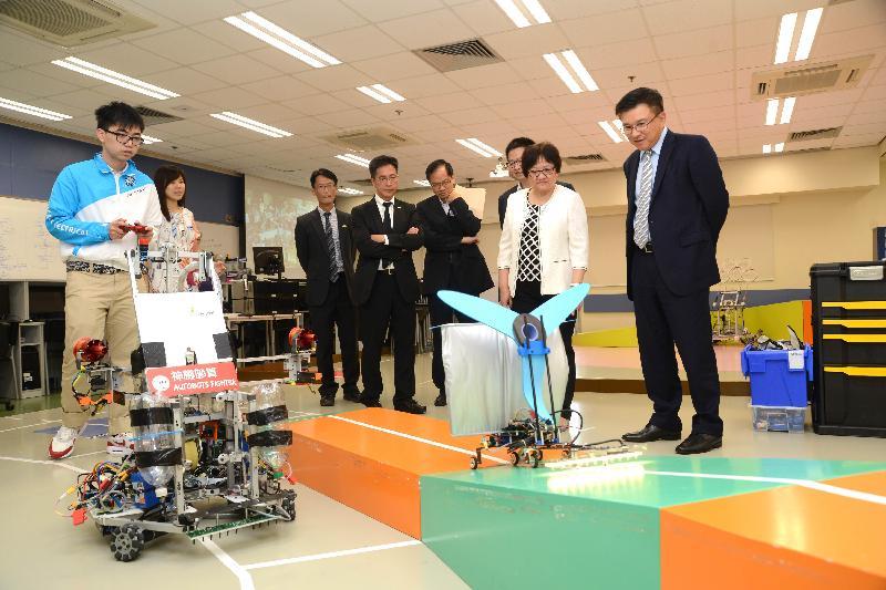 財經事務及庫務局局長陳家強(右一)今日(十月十四日)參觀香港專業教育學院(青衣分校)的Robocon工場,聽取同學分享設計及製造機械人參與「全港大專生機械人大賽」的體驗。