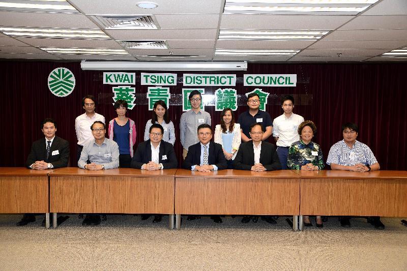 財經事務及庫務局局長陳家強(前排中)今日(十月十四日)與葵青區區議員會面,就不同地區事宜,包括區議會撥款、銀行服務及香港經濟等交換意見。