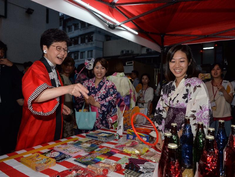 政務司司長林鄭月娥(左一)今日(十月十四日)晚上在PMQ元創方參觀「緣日秋祭in香港」攤位。