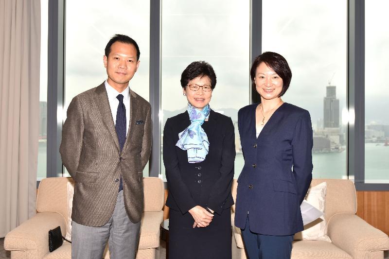 政務司司長林鄭月娥(中)今日(十月十七日)在添馬政府總部與立法會內務委員會主席李慧琼(右)和副主席郭榮鏗(左)會面。