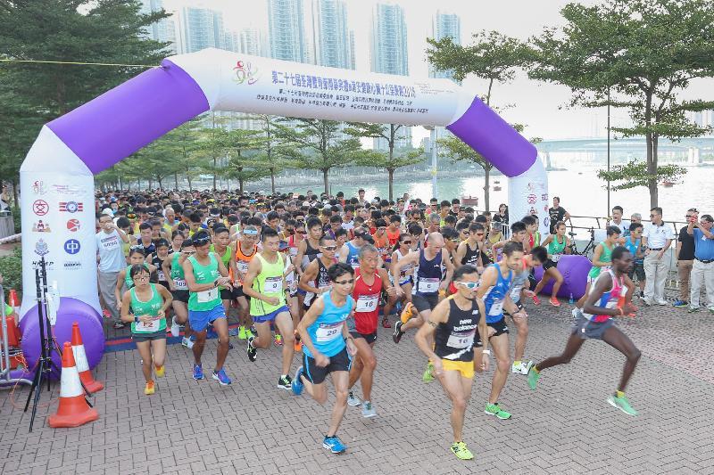 第二十七屆荃灣體育節開幕典禮暨港安健康心臟十公里長跑2016今日(十月二十三日)在荃灣公園海濱長廊舉行,共吸引1 000多人參加。